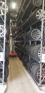 Foto 1: Reifen lagern mit der selbstfahrenden Elevah 75 Tyres mit speziellem Kippsystem