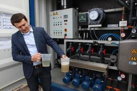 Paul Bauer - Geschäftsführer der Flexbio Technologie GmbH vor der Aufbereitungsanlage (Quelle: Prof. Loewen/ Fachgebiet Nachhaltige Energie- und Umwelttechnik NEU Tec)