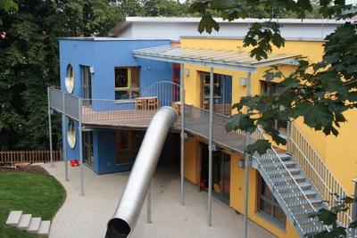 Kindgerecht präsentiert sich der Neubau schon äußerlich durch die fröhliche Farbgebung der einzelnen Baukörper. Dabei kam auch innovativem Fassadenschutz hohe Bedeutung zu. Fotos: Caparol Farben Lacke Bautenschutz/Andrea Nuding