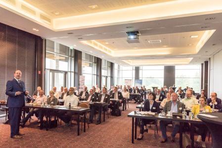 Interessiert und aufmerksam folgen rund 80 Führungskräfte mittelständischer Logistikunternehmen den Vorträgen der Referenten am Innovationstag Lagerlogistik 4.0 / Foto: LogCoop