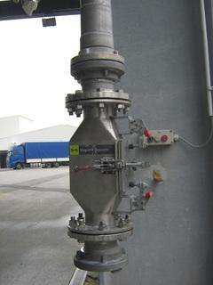 Der Rohrmagnet PNEUMAG wird in einer pneumatischen Förderleitung eingesetzt. Die Fe-Abscheidung erfolgt beim Entleeren der Silo-Fahrzeuge. Das Greiwing-Silo bleibt frei von Verunreinigungen.