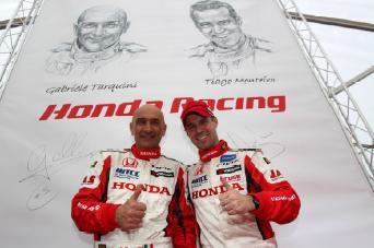 Die Honda Werksfahrer Gabriele Tarquini (l.) und Tiago Monteiro bestreiten im Civic WTCC die FIA Tourenwagen-WM 2013