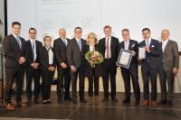 """Kammer-Vizepräsident Christof Burger (r.) überreichte die Auszeichnung """"Handwerksunternehmen des Jahres"""" an Christine (M.) und Hansjörg Märtin (3.v.r.) sowie die Geschäftsführer Dirk Zimmermann (6.v.r.) und Tobias Gutgsell (2.v.r.) und ihr Team. Laudator Ulrich von Kirchbach (4.v.r.), 1. Bürgermeister der Stadt Freiburg, gratulierte (Foto: HWK FR/Tobias Heink)"""