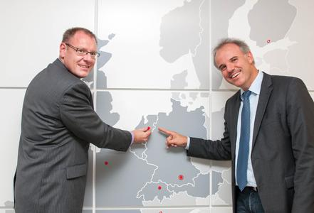 Dietmar Serbée (links) und Christof Zollitsch erweitern die STEMMER IMAGING-Europakarte um die Niederlassung in den Niederlanden