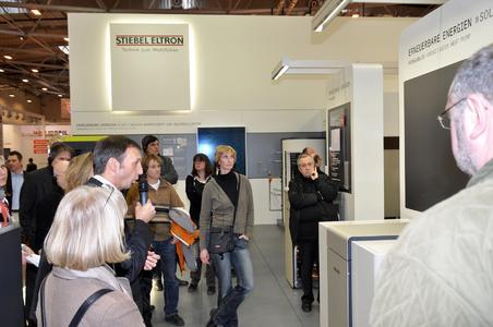 Großer Andrang herrschte auf dem Stand von STIEBEL ELTRON bei der SHK in Essen. Hier erläutert Wolfgang Marker (links mit Mikrofon), Leiter Vertriebszentrum West, einer Architektengruppe die Vorzüge der Produkt-Neuheit WPF 27 HT