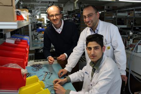 Geschäftsführer Marc Vathauer, Fertigungskoordinator Bahtiyar Kesici und Integrationspraktikant Ahmed Al Ahmed (v.l.)