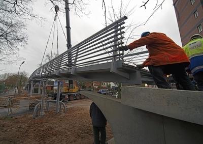 Das GFK-Fahrbahnplattenprofil Fiberline Bridge Deck 300 (FBD 300) ermöglicht die schnelle Fertigung und Montage von leichten Brückenkonstruktionen mit hoher Tragfähigkeit und Korrosionsbeständigkeit, d.h. langer Haltbarkeit bei minimalen Unterhaltskosten