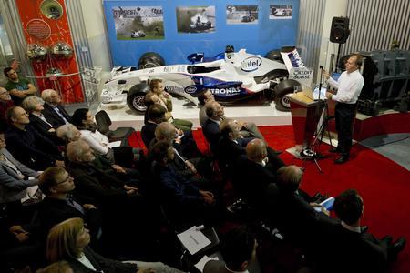 """Wilhelm Rampf, früher Chefingenieur des BMW-Sauber-F1-Rennstalls, heute Leiter Technik der Volkswagen Motorsport GmbH hielt den Festvortrag über den Einsatz von Carbon in der Formel 1 bei der Eröffnung der Sonderausstellung """"Harter Stoff"""" im Deutschen Museum in Bonn"""