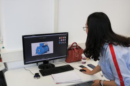 Rendering:  Huang Chen stellt Material für einen Kunden zusammen. Dazu rendert sie die Zeichnung eines Kollegen. Dank der realitätsgetreuen Oberflächen aus der Solidworks Materialdatenbank kann sich der Kunde ein genaueres Bild des neuen Generators machen