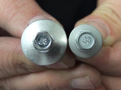 Zum Vergleich: Links die unbearbeitete Schraube, rechts die rauhe Oberfläche nach dem Sandstrahlvorgang