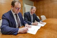 Jens-Peter Saul, CEO Ramboll-Gruppe und Jim Fox, CEO OBG bei der Vertragsunterzeichnung