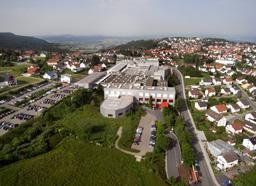 Hermle AG in Gosheim, mehrgeschossige Bauweise und viel Grün auf dem Firmengelände (Biotope, Renaturierung etc.)