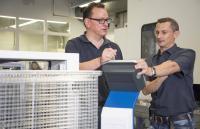 Regelmäßige Wartungen sind für eine hohe Prozessstabilität und Verfügbarkeit der Anlage sowie deren Werterhalt unverzichtbar. Individuell auf die Situation und die Anforderungen des Anlagenbetreibers zugeschnittene Regelservicevereinbarungen sorgen dabei für maximale Sicherheit bei überschaubaren Kosten.   Bildquelle: Ecoclean GmbH