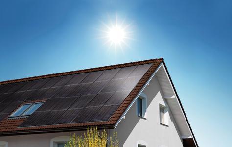 Ein neues In-Dach-System von Solarwatt ersetzt die Dacheindeckung, hilft Kosten zu sparen und halbiert die Installationszeit. Easy-In System ist eine Gemeinschaftsentwicklung mit dem sächsischen Dachdeckerhandwerk und entspricht auch den ZVDH-Richtlinien