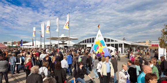 Besuchermagnet: Die Präsentationen von Bundesregierung und Deutscher Bundestag in Losberger Zelteinheiten wurden auch dieses Jahr vom Publikum zahlreich frequentiert.