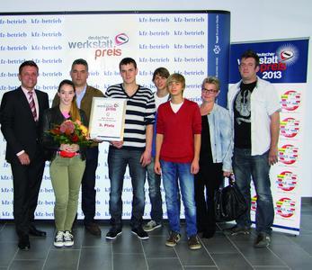 Herr Frank Dorner freut sich mit seinem Team beim deutschen Werkstattpreis 2013