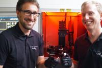 Die wissenschaftlichen Mitarbeiter des LaserApplikationsZentrums der Hochschule Aalen Johannes Neuer und Simon Ruck (von links) zeigen 3D-gedruckte Hochleistungskeramik-Bauteile aus dem Lithoz CeraFab 7500