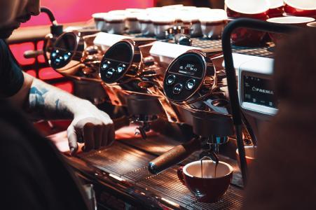 (Bildquelle: Gruppo Cimbali): Altair und Gruppo Cimbali stärken das Barista Geschäft mit digitalen Zwillingen – Zusammenführung von Prozessdaten und Simulation zur Optimierung der Produktleistung und Steigerung der Effizienz bei der Faema Kaffeemaschine E71e.