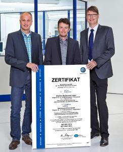 Glücklich über das Zertifikat nach DIN EN ISO 9001 und 14001: Fritz Blas, Leiter Materialwirtschaft und Umweltmanagementbeauftragter und Thomas Hoch, Leiter Qualitätsmanagement gemeinsam mit Hauptgeschäftsführer Jürgen Walcher