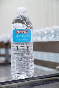 Das hier erstmals eingesetzte Preglued-Etikettierverfahren verhindert, dass Klebstoffdämpfe in die Flasche geraten und reduziert den Wartungsaufwand erheblich.