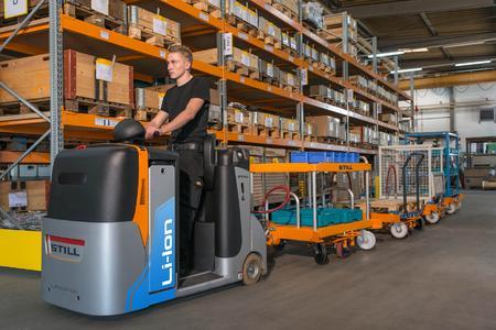 So sieht eine moderne Materialversorgung aus: Ein Lithium-Ionen betriebener STILL Schlepper vom Typ CX-T zieht das STILL Liftrunner-Anhängersystem, mit dem sich die unterschiedlichsten Ladungsträger auch auf engstem Raum schnell und effektiv transportieren lassen / Foto: STILL GmbH