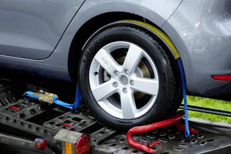 """Carfix-Abb. 2: Gute Kraftübertragung: Der gelbe Gurtcontroller sitzt fest auf dem Reifen, während der blaue Gurt beim Festzurren durch den """"Schlauch"""" rutscht."""