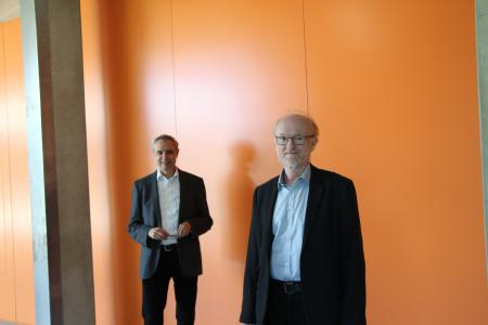 Rektor Prof. Dr. Gerhard Schneider gratulierte Prof. Dr. Roland Dietrich (vorne) zum Dienstjubiläum / Foto: Hochschule Aalen /  Andrea Seiler