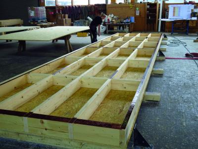 Vorfertigung der Kastenelemente im Werk von Kaufmann Bausysteme (Bildnachweis: SWISS KRONO GmbH)