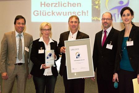 von links nach rechts: Verleger Alexander Holzmann, Preisträgerin Rosemarie Luttmann, Jurymitglied Paul Söhnlein (EFIT) und Chefredakteurin Vanessa Ebert bei der Preisverleihung