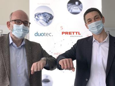 Phillipp Mirliauntas (duotec) und Carsten Ellermeier (Prettl Electronics Gruppe) besiegeln die Zusammenarbeit im Bereich Industrial IoT-Lösungen
