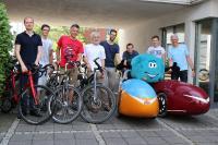 Mitglieder des CONET-Stadtradeln-Teams mit dem Unternehmensmaskottchen Qbix