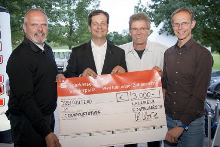 """Thomas Lueg, Daimler AG Niederlassung Mannheim-Heidelberg-Landau / Luka Mucic, Vorstandsvorsitzender ZMRN e.V. und Vorstandsmitglied SAP SE / Frank Nuscheler und Gerd Schaufelberger, Projekt """"CookYourFuture"""""""