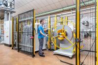 Eine Feinrichtmaschine entspannt das bis zu vier Millimeter starke und 300 mm breite Metallband ab Coil und ermöglicht die Fertigung von Bauteilen mit höchsten Ebenheitsanforderungen, © Bildquelle: Nägeli Swiss AG
