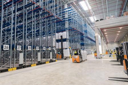 Das neue GREIWING-Logistikzentrum im bayerischen Chemiedreieck umfasst eine Fläche von rund 60.000 Quadratmeter und verfügt über eine direkte Anbindung an das KV-Terminal Burghausen. (Foto: GREIWING)