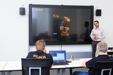 Kuka Schulungscenter mit eyevis-Displays (2)