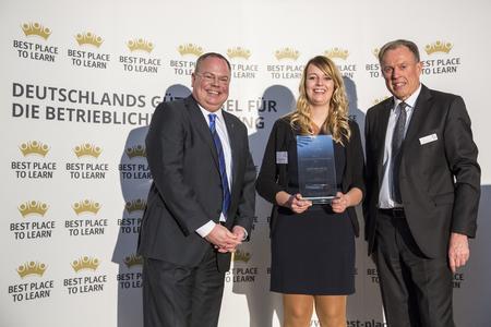 HARTING Ausbildungsleiter Nico Gottlieb (links) und Ausbilderin Jacqueline Heinemeyer nahmen den Preis von AUBI-Geschäftsführer Heiko Köstring entgegen