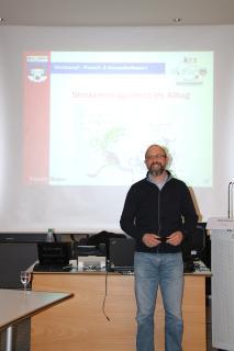 Zum Dank überreichte Geschäftsbereichsleiterin Andrea Giese im Namen des krz ein kleines Präsent an Referent Patrick Busse (TV Lemgo) für seinen kostenfreien Vortrag (Foto: krz)