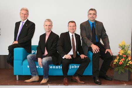 Die 25er Jubilare 2012 der WITTENSTEIN AG (von links) mit Vorstandsvorsitzendem Dr. Manfred Wittenstein: Holger Joeres, Karl-Heinz Schwarz und Markus Rothenfels