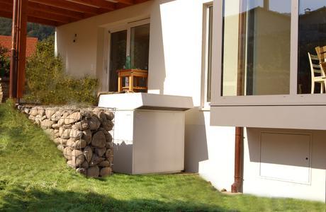 Wärmepumpen – hier eine Luft-Wärmepumpe, die im Garten aufgestellt wurde - können nahezu jede alte Heizung ersetzen