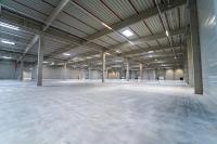 Die weitläufigen Hallen bieten viel Platz für Lagerwaren.