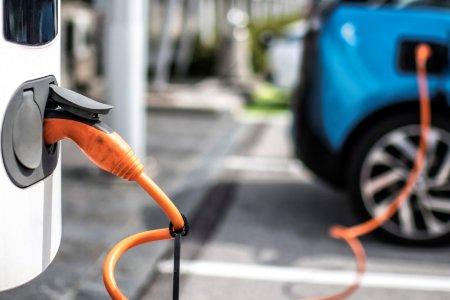Ladevorgang eines E-Autos Credit: extreme photographer von iStock