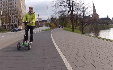 Ideal für die Innenstadt: Scuddy, der Scooter Buddy, ist ein emissionsfreier e-Roller, lieferbar in 35 km/h oder 20 km/h schnellen Versionen mit 40 km bzw. 30 km Reichweiten