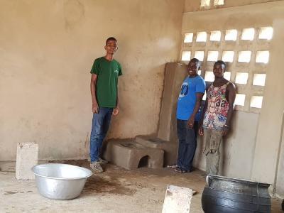 Bau eines rauchfreien, energieffizenteren Kochofens in einem Innenraum in Togo, Westafrika