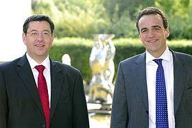Berlin steht Kopf: Robert Beck (li.) und Marcus Adä vor dem Berliner Bären