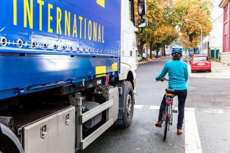 Fahrradfahrerin steht neben einem Lkw an der Ampel Fotografin: Rendel Freude