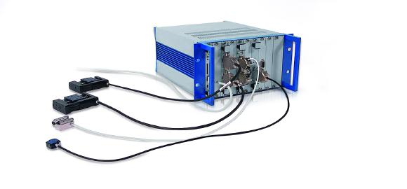 The processor and interface module (master module) is connected to the higher-level control via a USB or Ethernet interface / The necessary drive modules are simply slotted into the rack and fixed with two screws