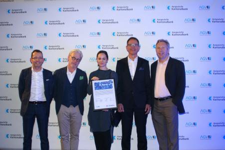 Unser ROSTA Team nimmt dankend den 2. Platz des Aargauer Unternehmenspreises entgegen