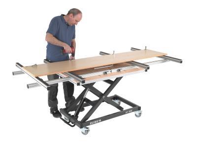 RUWI-Montagetisch für die Holzbearbeitung mit Anschlagschienen-Verlängerung auf Hubtischbasis.