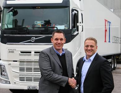 Krummen-Geschäftsführer Hans Krummen und FT-Logistics-Geschäftsführer Claudio Plozza besiegeln die Kooperation ihrer Unternehmen unter dem Dach der Marke FreshCo