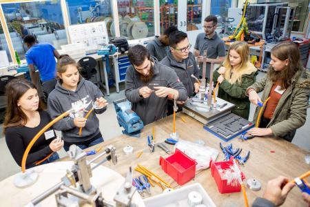 Beim MINT-Dialog Day bei der Lapp Gruppe informierten sich 27 Schülerinnen über technische und naturwissenschaftliche Berufe und nahmen auch an verschiedenen Workshops teil / Foto: Strohbücker / Lapp